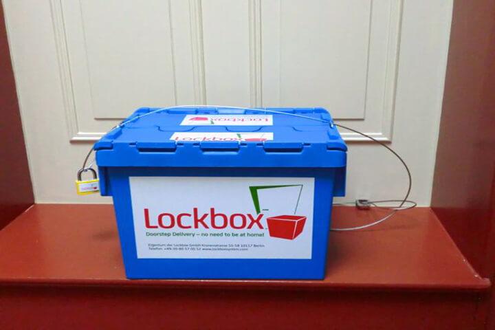 Lockbox kettet alle Päckchen an der Haustür im Flur an