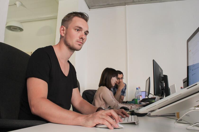 Digitale Leute - Thomas Unruh - Lesara - Thomas an seinem Arbeitsplatz in der Business Intelligence Abteilung.