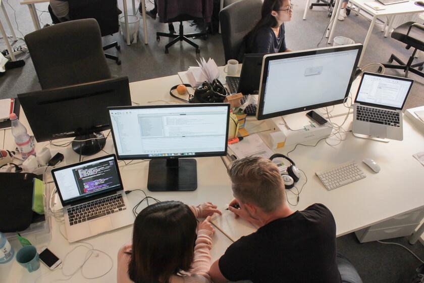 Digitale Leute - Thomas Unruh - Lesara - Thomas bespricht sich mit seiner Kollegin.