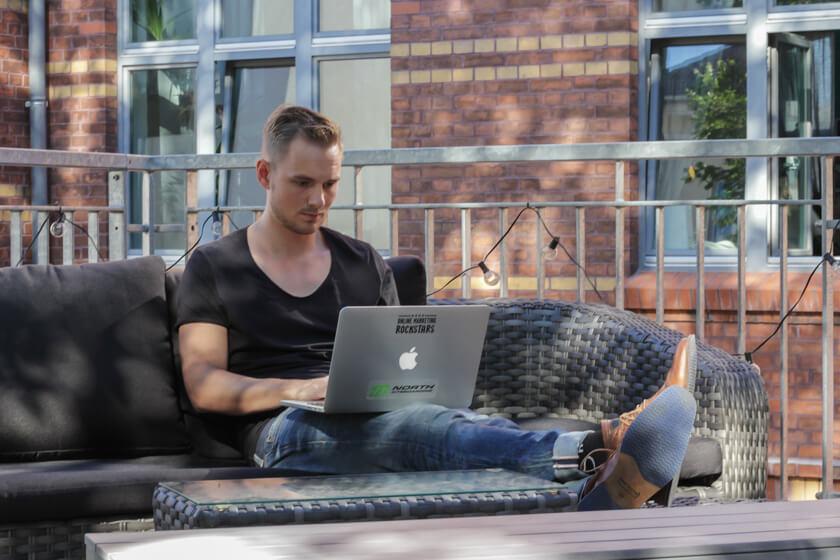 Digitale Leute - Thomas Unruh - Lesara - Thomas arbeitet von zu Hause, auf der Dachterasse oder auch vom Zug aus. Hauptsache er hat sein MacBook.