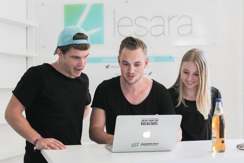 Digitale Leute - Thomas Unruh - Lesara - Thomas bespricht sich mit Kollegen im Showroom.
