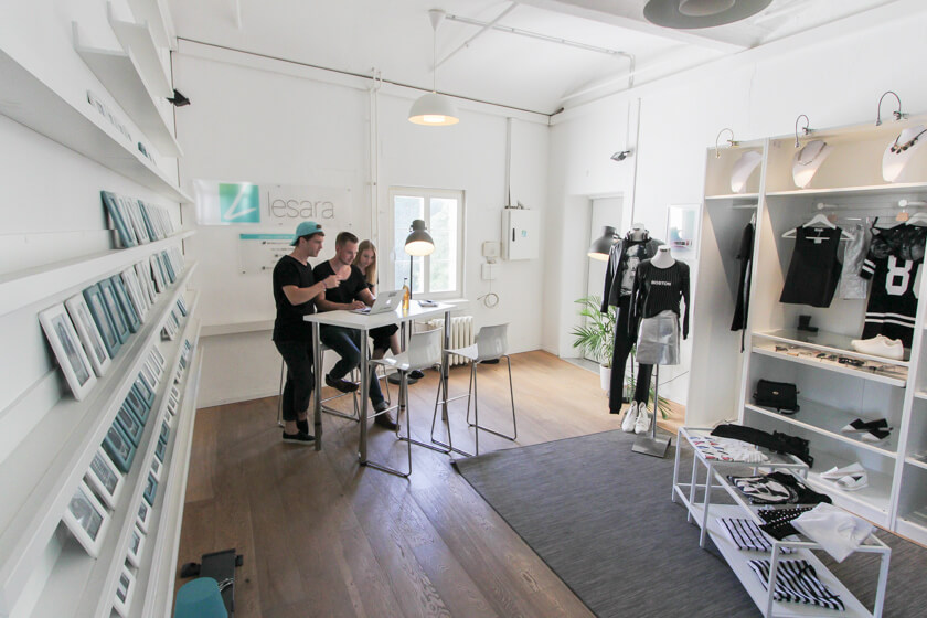 Digitale Leute - Thomas Unruh - Lesara - Im Showroom: Alle Mitarbeiter haben ihr eigenes gerahmtes Bild. Einige Stücke, die Lesara im Shop anbietet.