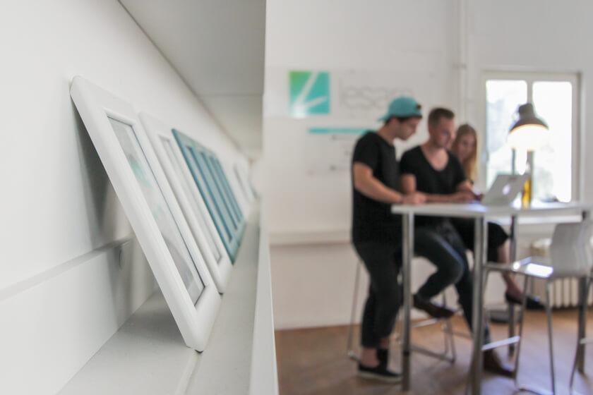Digitale Leute - Thomas Unruh - Lesara - Jeder Mitarbeiter bei Lesara bekommt sein eigenes gerahmtes Foto im Showroom.