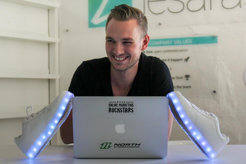 Digitale Leute - Thomas Unruh - Lesara - Die LED Schuhe sind ein gutes Beispiel wie die BI einen Produkttrend vorhergesagt hat.
