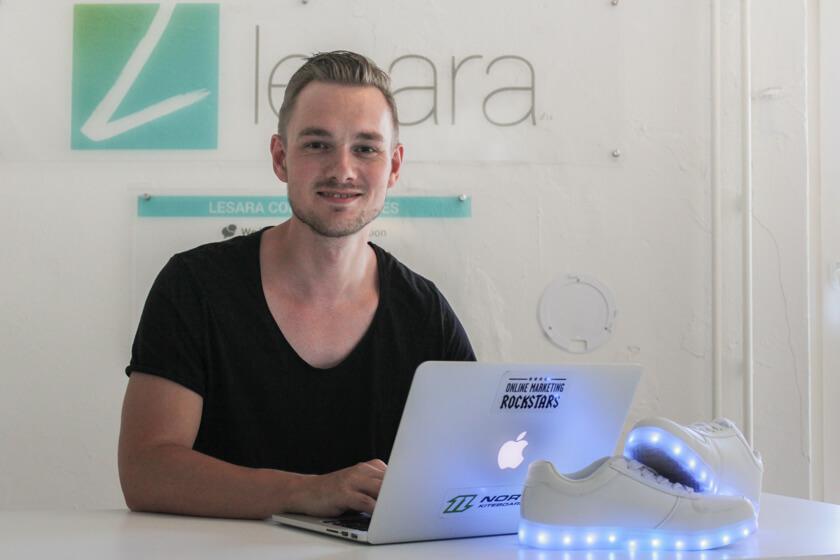 Digitale Leute - Thomas Unruh - Lesara - Die LED Schuhe von Lesara gibt es mittlerweile in zehn verschiedene Variationen.