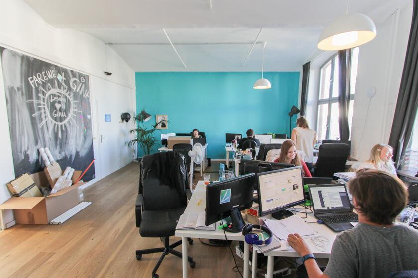 Digitale Leute - Thomas Unruh - Lesara - Die Corporate Farbe von Lesara ist allgegenwärtig: An Wänden und Säulen.