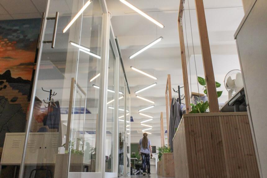 Digitale Leute - Hagen Wolf - Secret Escapes - Modernes Lampendesign im Berliner Office von Secret Escapes.