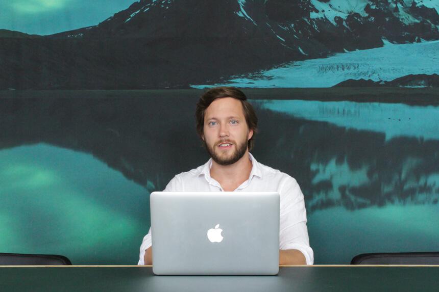 Digitale Leute - Hagen Wolf - Secret Escapes - Hagen Wolf, sein Laptop und die weite Landschaften im Hintergrund, im Berliner Offiice von Secret Escapes.