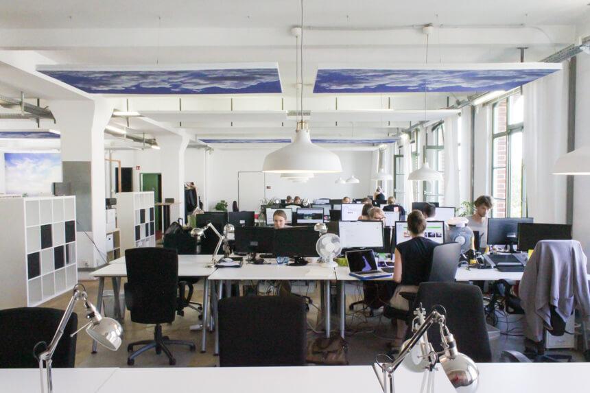 Digitale Leute - Hagen Wolf - Secret Escapes - Als Schalldämmung dient nur der Himmel im Berliner Office von Secret Escapes.
