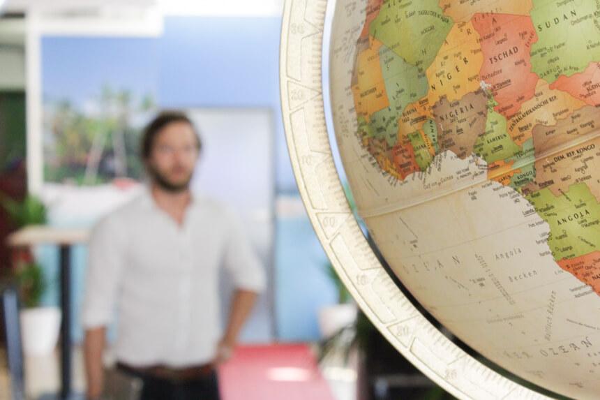 Digitale Leute - Hagen Wolf - Secret Escapes - Ein Globus gehört in jedes Startup, das sich mit Reisen beschäftigt.
