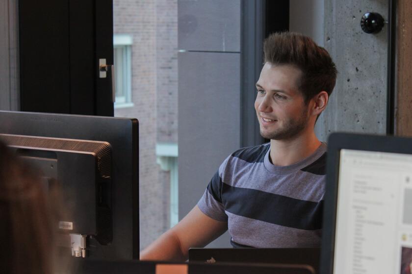 Digitale Leute - Pascal Landau - About You - Pascal an seinem Arbeitsplatz bei About You in Hamburg.