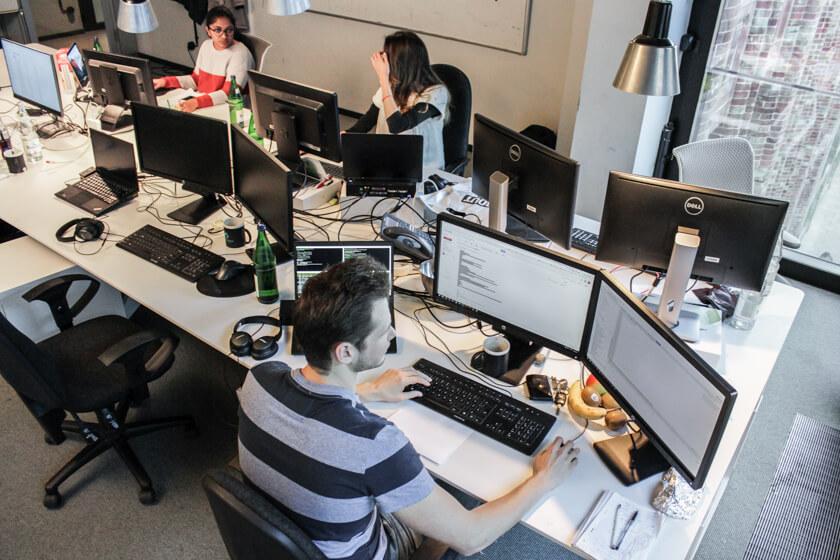 Digitale Leute - Pascal Landau - About You - Pascal benötigt an seinem Arbeitsplatz drei Monitore.