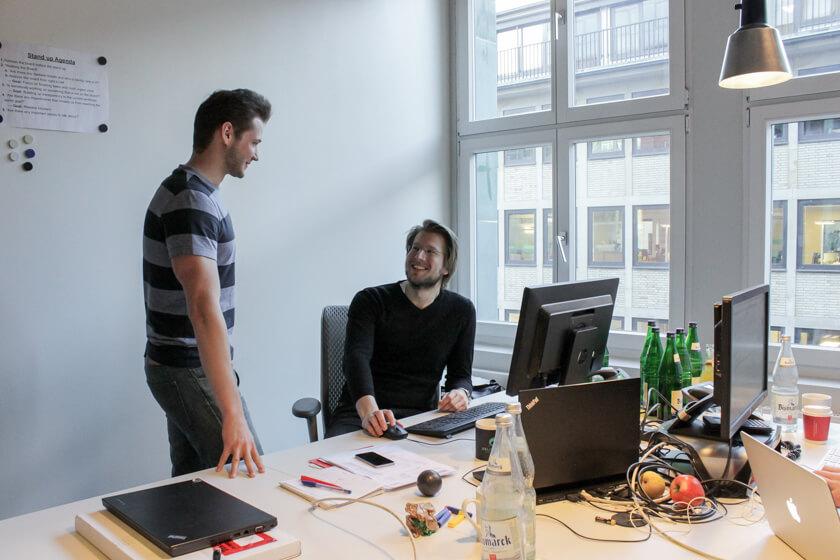 Digitale Leute - Pascal Landau - About You - Pascal im Gespräch mit einem Kollegen.