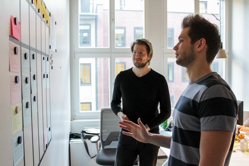 Digitale Leute - Pascal Landau - About You - Gemeinsam mit dem Kollegen bespricht Pascal die ToDos der nächsten Wochen.
