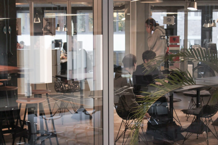 Digitale Leute - Pascal Landau - About You - Die moderne Innenarchitektur lässt den Blick in andere Räume zu und schafft Transparenz.