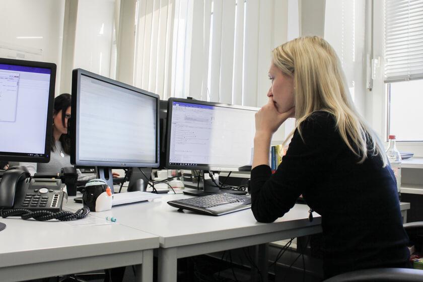 Digitale Leute - Kerstin Timm - Artaxo - Kerstin Timm arbeitet eigentlich nur noch auf der Arbeit, denn sie benötigt zwei Monitore.