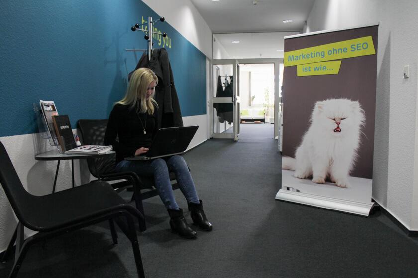 Digitale Leute - Kerstin Timm - Artaxo - Auch wenn sie meistens an ihrem Arbeitsplatz sitzt, kann sie sich aussuchen, wo sie arbeitet.