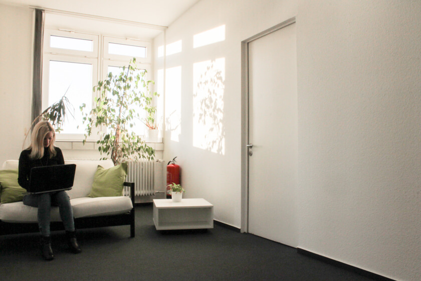 Digitale Leute - Kerstin Timm - Artaxo - Fast malerische Couch am Ende des Flures.
