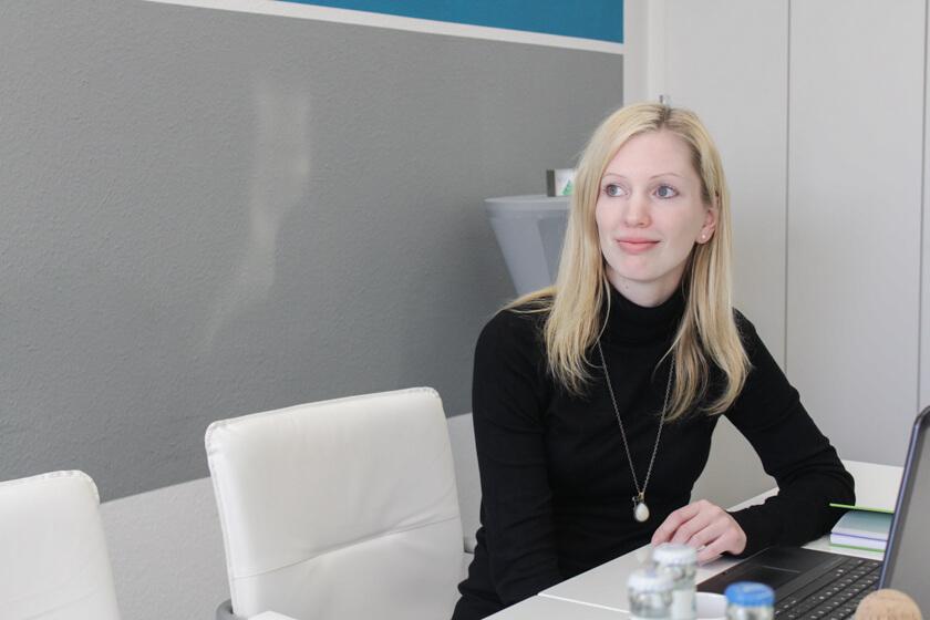 Digitale Leute - Kerstin Timm - Artaxo - An diesem Wintertag ist es nochmal richtig schön: Kerstin genießt den Blick aus der 10. Etage des Hochhhauses, indem Artaxo das Büro hat.