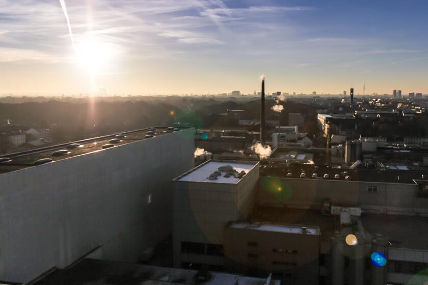 Digitale Leute - Kerstin Timm - Artaxo - Überr die Schokoladenfabrik von Nestlé hinweg hat man einen wunderbaren Blick auf Hamburg bei Sonnenuntergang.