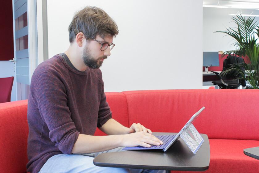 Digitale Leute - Tobias Röver - Microsoft - Couches und Sitzgelegenheiten gibt es viele bei Microsoft in München.