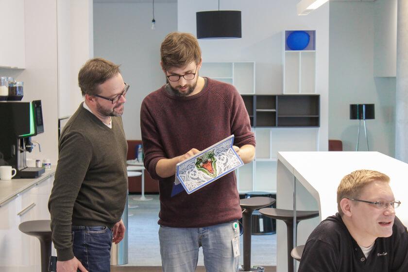 Digitale Leute - Tobias Röver - Microsoft - Tobias zeigt einem Kollegen Entwürfe.