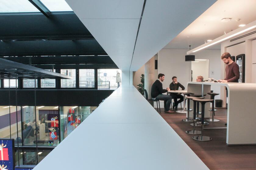 Digitale Leute - Tobias Röver - Microsoft - Stehen arbeitet es sich gut. das dankt auch der Rücken.