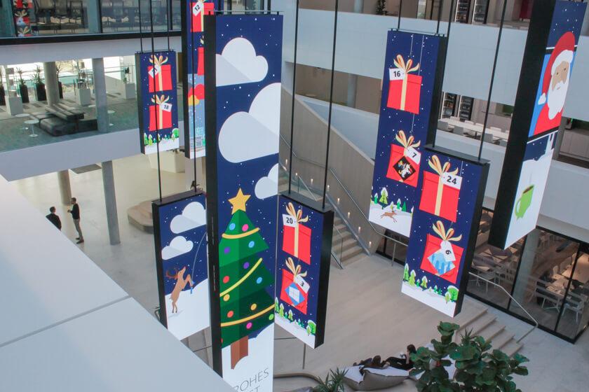 Digitale Leute - Tobias Röver - Microsoft - Weihnachtliche Dekoration auf den LED Anzeigen im Foyer des Offices.