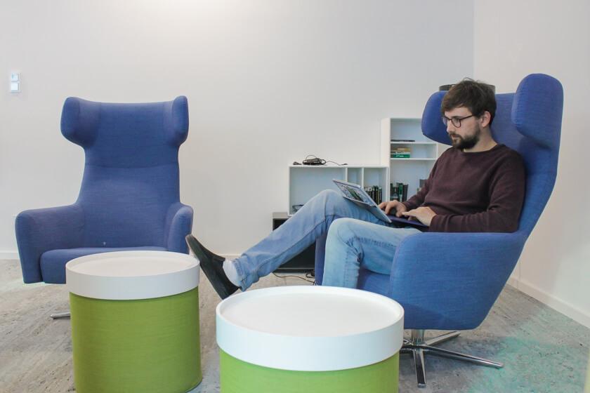 Digitale Leute - Tobias Röver - Microsoft - Vielfältige Sitzgelegenheiten laden ein zum Arbeiten und Besprechen.