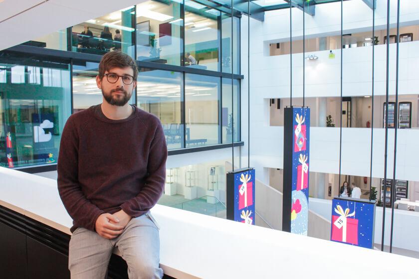 Digitale Leute - Tobias Röver - Microsoft - Tobias sitzt an einem der vielen offenen Duchlässe des Gebäudes.