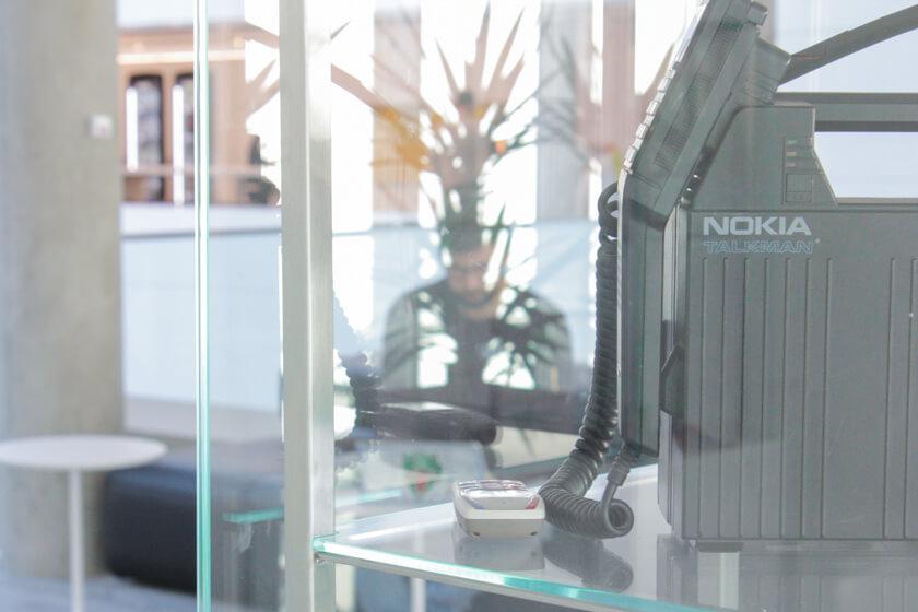 Digitale Leute - Tobias Röver - Microsoft - Ein altes Nokia Handy in der Ausstellung bei Microsoft in München.