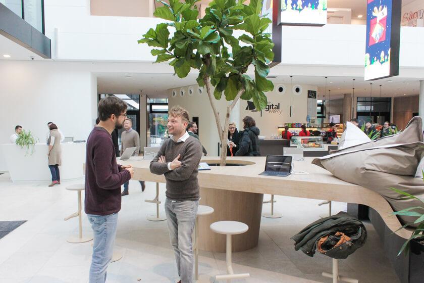 Digitale Leute - Tobias Röver - Microsoft - Tobias tauscht sich mit einem Arbeitskollegen aus.
