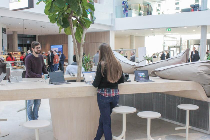 Digitale Leute - Tobias Röver - Microsoft - Tobias im Gespräch mit einer Kollegin im Foyer.