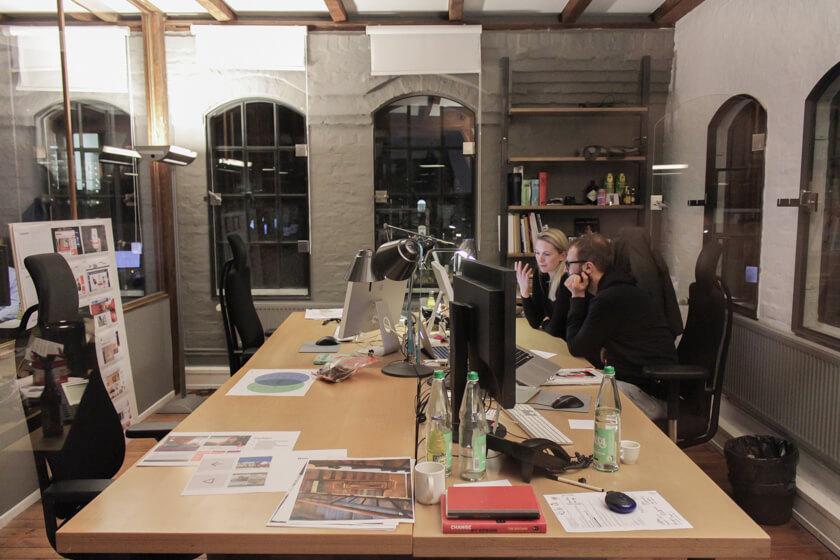 Digitale Leute - Bastian Scherbeck - Kolle Rebbe - In den ehemaligen Räumen der Speicherstadt befinden sich heute Agenturen, Cafes, Startups und andere Firmen.