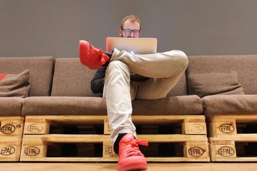 Digitale Leute - Bastian Scherbeck - Kolle Rebbe - Internet, Laptop und eine Palette, mehr braucht Bastian nicht, um effektiv arbeiten zu können.