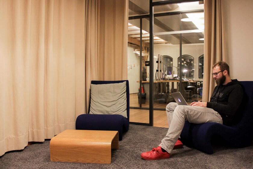 Digitale Leute - Bastian Scherbeck - Kolle Rebbe - Im Office von Kolle Rebbe stehen vielfältige Besprechungsräume zur Verfügung.