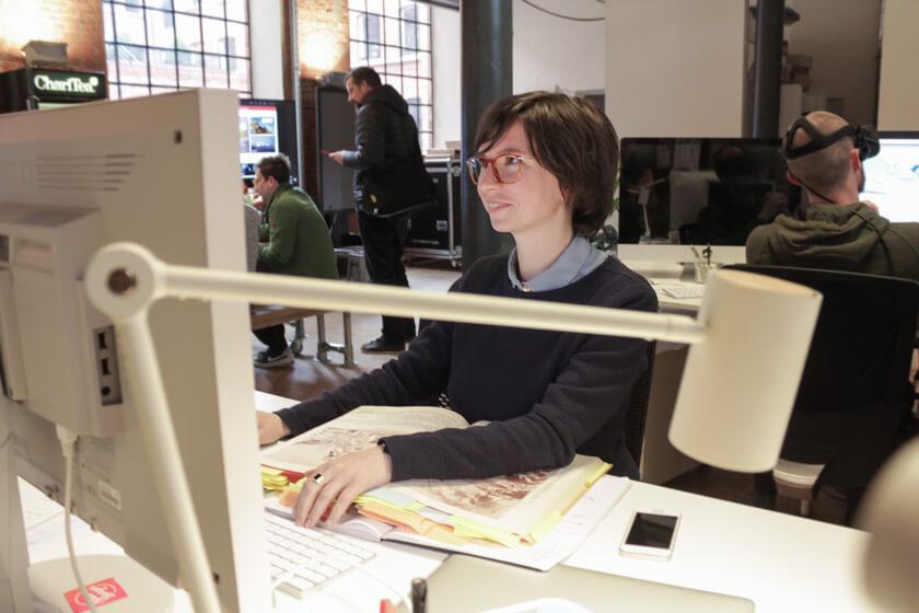 Digitale Leute - Mariana Gütt - Demodern - UX-Designerin Mariana Gütt an ihrem Arbeitsplattz im Hamburger Office.