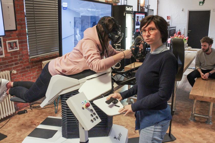 Digitale Leute - Mariana Gütt - Demodern - Mariana erklärt wie man die VR-Simulation der Stadt Ulm mit Birdly verwendet.