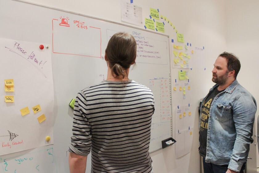 Digitale Leute - Sebastian Hoop - CollectAI - Gemeinsames Arbeiten am Whiteboard ist auch bei CollectAI gang und gäbe.
