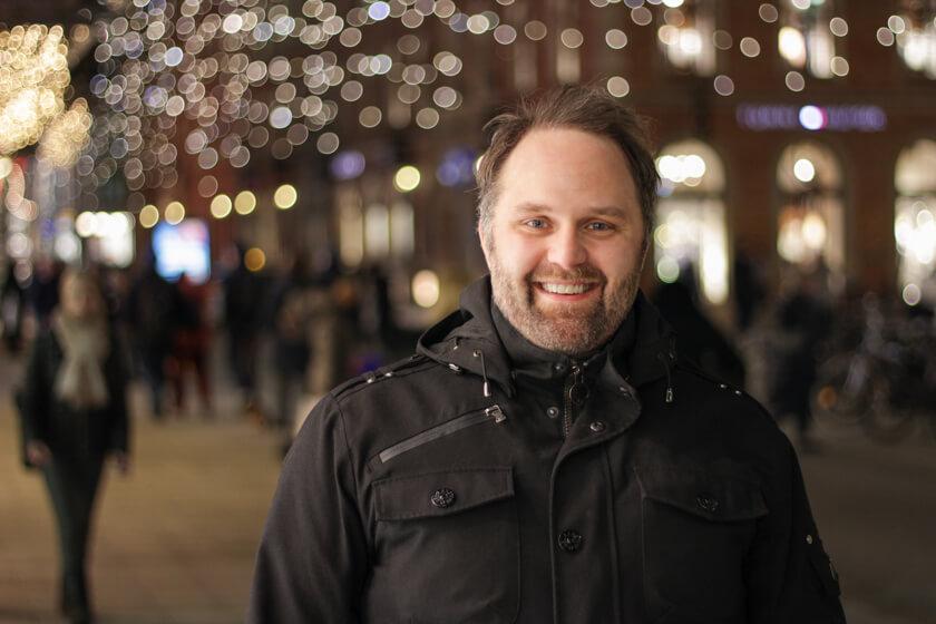 Digitale Leute - Sebastian Hoop - CollectAI - Profilfoto von Sebastian Hoop in der Hamburger Fußgängerzpne zur Weihnachtszeit.
