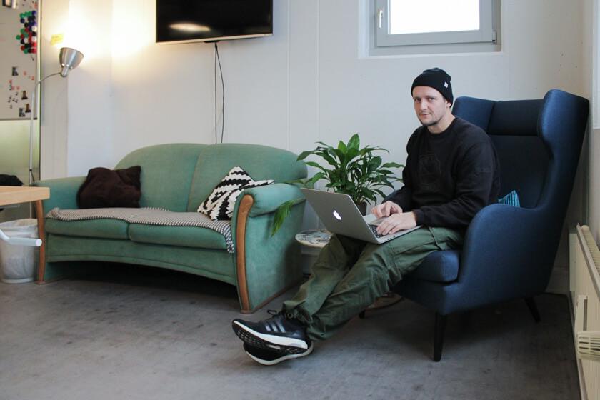 Digitale Leute - Ingo Ellerbusch - Jimdo - Alles was er zum Arbeiten brauch, und einen Ohrensessel zum chillen.