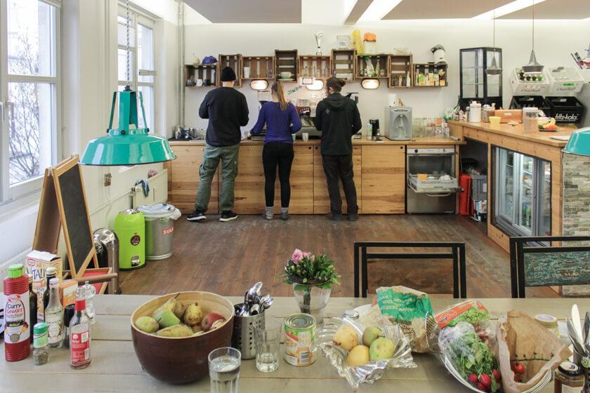 Digitale Leute - Ingo Ellerbusch - Jimdo - Neben der hochprofessionellen Mensa gibt es auch auf jeder Etage eine üppig ausgestattete Küche für die MItarbeiter bei Jimdo.