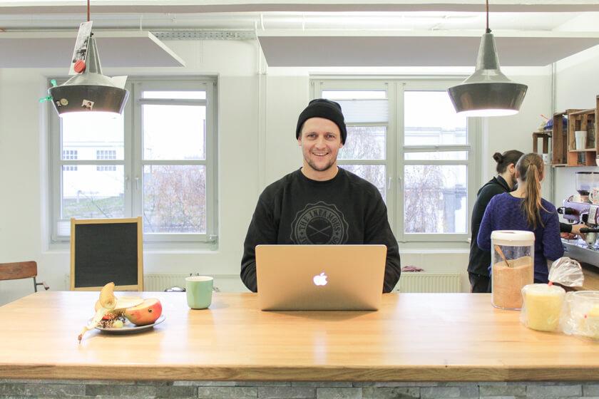 Digitale Leute - Ingo Ellerbusch - Jimdo - Mit seinem MacBook Pro kann Ingo überall arbeiten.