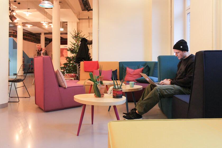 Digitale Leute - Ingo Ellerbusch - Jimdo - Der Empfangsbereich von Jimdo Hamburgg ist bunt eingerichtet.