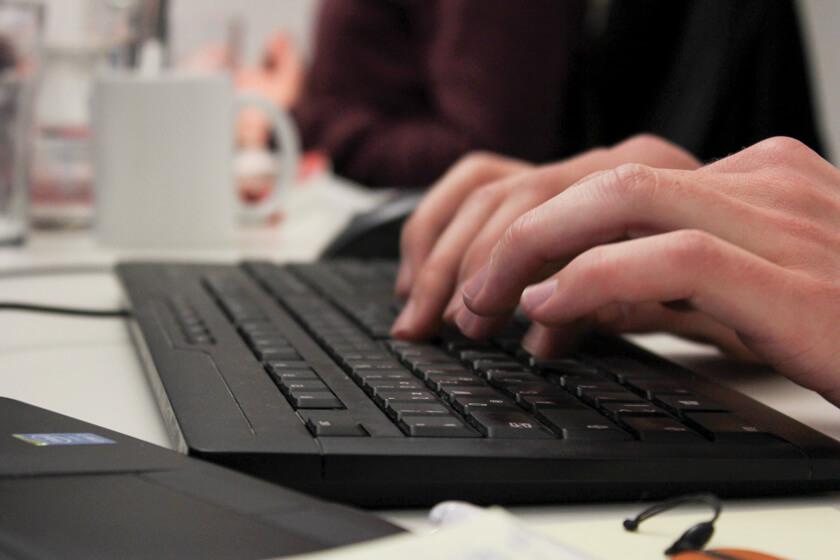 Digitale Leute - Sandro Gießl - eGym - Closeup auf Sandros Tastatur an seinem Arbeitsplatz.