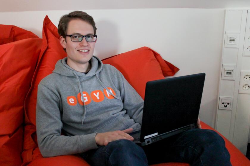 Digitale Leute - Sandro Gießl - eGym - Der einzige gemütliche Ort befindet sich in der Küche auf einem Sitzsack.