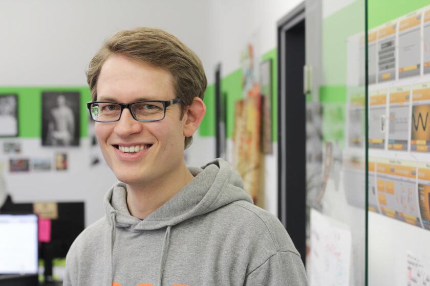 Digitale Leute - Sandro Gießl - eGym - Portrait von Sandro Gießl in seinem Teambüro bei eGym.