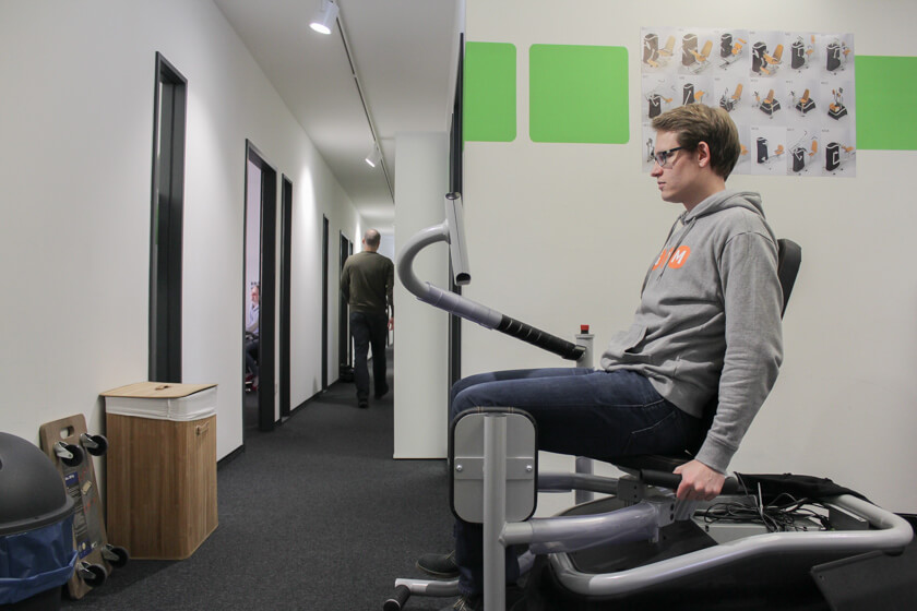 Digitale Leute - Sandro Gießl - eGym - Sandro auf einem Testmodel, auf der die von ihm programmierte Software getestet werden kann.