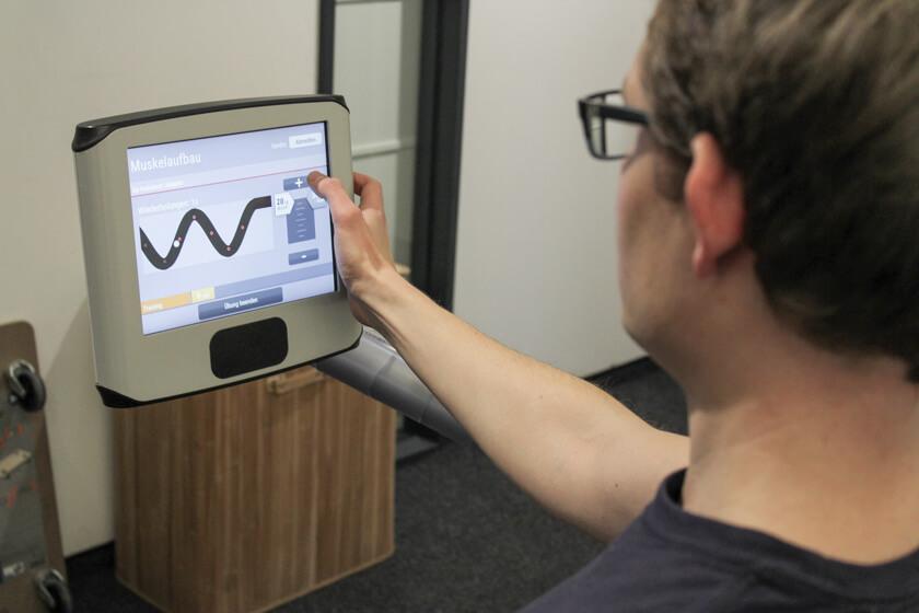 Digitale Leute - Sandro Gießl - eGym - Über die Touchpanels lassen sich Funktionen steuern und der Trainingsverlauf visualisieren.