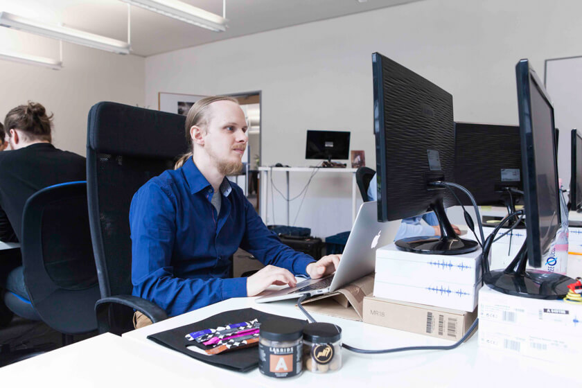 Digitale Leute - Bjarke Walling - Book A Tiger - Neben einem zweiten Monitor braucht Bjarke nichts weiteres an seinem Arbeitsplatz.